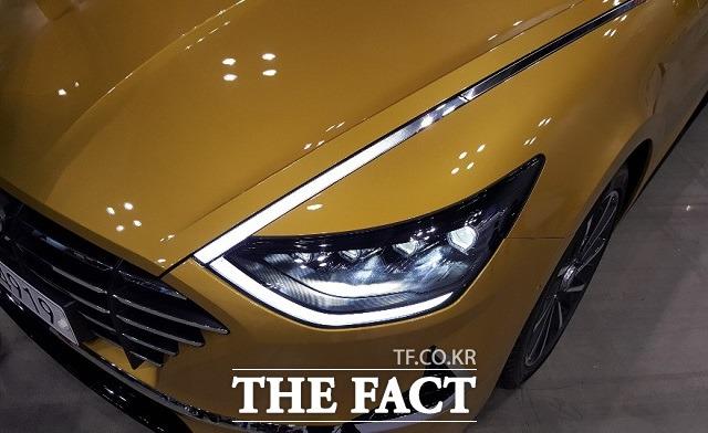 현대차는 신형 쏘나타의 주간주행등에 비점등 시 크롬 재질로 보이지만, 점등 시에는 램프로 변환돼 빛이 투과되는 히든라이팅 램프를 최초로 적용했다. /서재근 기자