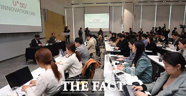 LG유플러스가 5G 본격 상용화를 앞두고 3일 서울 마곡사옥에 5G 서비스와 기술 아이디어를 제안하고 개발해 상용할 수 있는 '5G 이노베이션 랩'을 개관한 가운데, LG유플러스 FC전략담당 상무가 브리핑을 하고 있다. /이새롬 기자