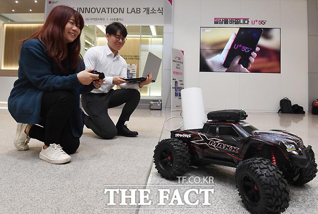 [더팩트ㅣ이새롬 기자] LG유플러스가 5G 본격 상용화를 앞두고 3일 서울 마곡사옥에 5G 서비스와 기술 아이디어를 제안하고 개발해 상용할 수 있는 '5G 이노베이션 랩'을 개관한 가운데, 관계자들이 5G를 이용해 미니카의 원격조정을 시연하고 있다. /이새롬 기자