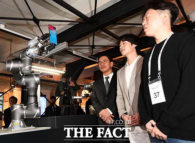 KT가 5일 오전 서울 서초구 강남역 인근 ON식당에서 삼성전자 갤럭시S10 5G 공식 출시 기념행사를 연 가운데 로봇이 5G 단말기 전달식을 하고 있다. /이효균 기자