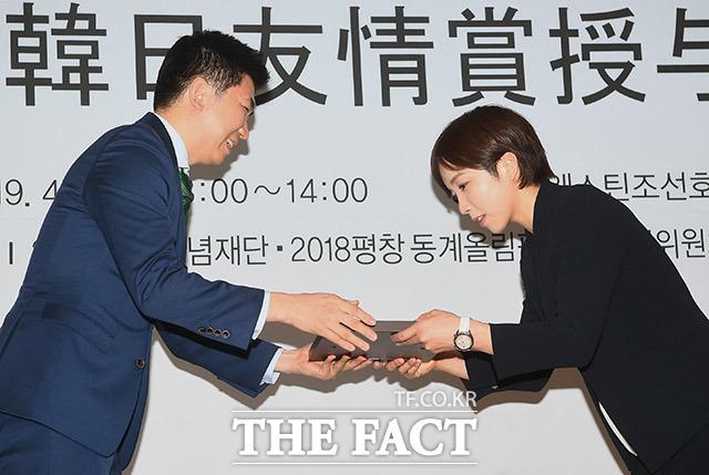 유승민 2018 평창 기념재단 이사장(왼쪽)에게 한일 우정상을 받는 고다이라 나오
