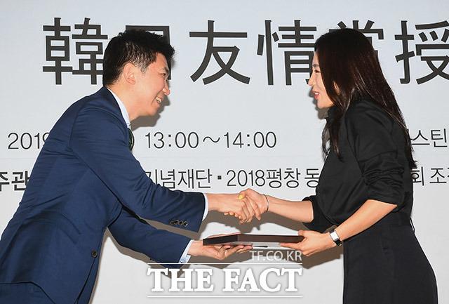 유승민 2018 평창 기념재단 이사장(왼쪽)에게 한일 우정상을 받는 이상화