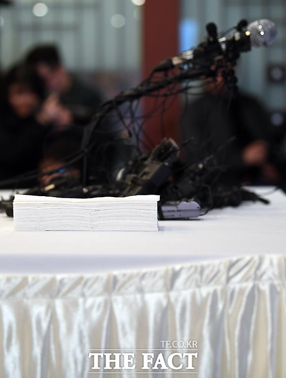 가수 박유천이 긴급 기자회견을 앞둔 가운데, 회견 탁자에 놓여진 휴지 더미.