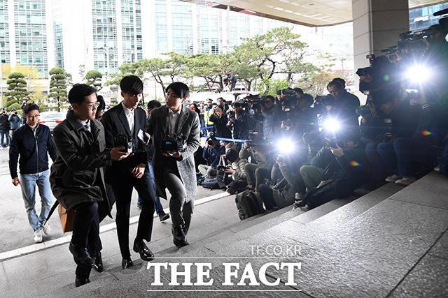 음란물 유포 혐의를 받고 있는 가수 로이킴(본명 김상우)이 10일 오후 서울 종로구 서울지방경찰청 광역수사대에 출석하고 있다. /남용희 기자