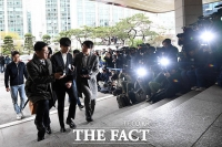 [TF포토] '음란물 유포 혐의' 굳은 표정으로 경찰 출석하는 로이킴