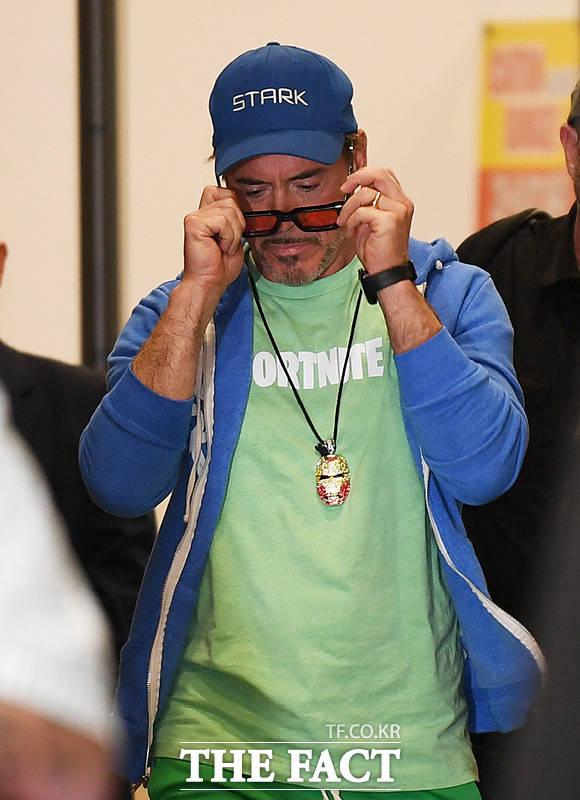 내가 할리우드 스타일을 보여줄게...공항패션의 기본은 선글라스!