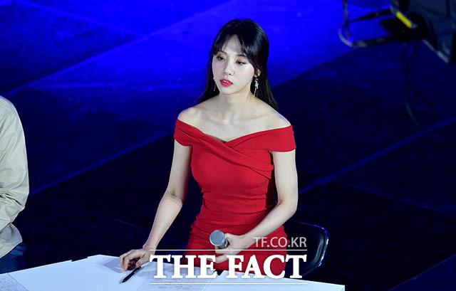 휴식 중 잠시 멍 때리는(?) 김민아 아나운서.