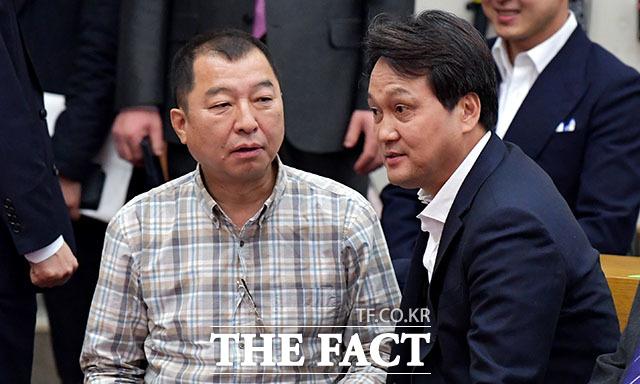 박창일 신부(왼쪽)와 안민석 더불어민주당 의원이 내빈으로 참석하고 있다.