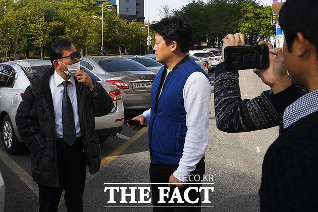 힘들게 살고 있습니다 취재진을 만난 김 전 차관(왼쪽)이 근황을 밝히고 있다.
