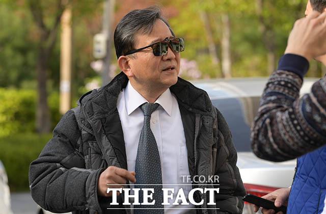 '언론과 6년 여 만에 영상 인터뷰' 성상납 의혹을 받는 김학의 전 법무부 차관이 17일 오후 서울 강남구 청담동의 한 아파트 상가 한의원에서 진료를 마친 뒤 취재진과 길거리 인터뷰를 하고 있다.