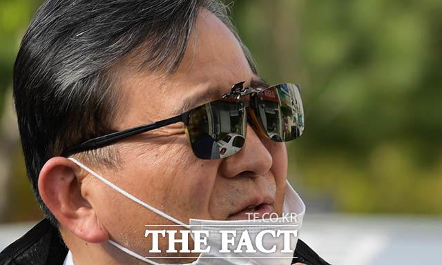 마스크를 벗고 말하는 김학의 취재진의 질문이 계속되자 마스크를 벗고 질문에 답변을 하고 있다.