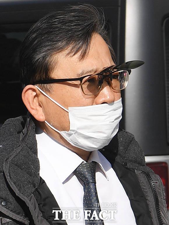 '전과는 달라진 모습' 선글라스 렌즈가 부착된 안경과 마스크를 착용한 김 전 차관. 차관으로 임명된 2013년 당시보다 핼쑥하고 수척한 모습을 보였다.