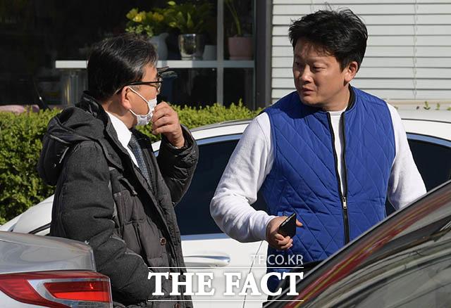약 5분 동안 더팩트 취재진에게 심경을 토로한 김 전 차관은 더 궁금한 사항이 있으면 변호사와 연락을 하세요라고 말하며 자리를 떠났다.