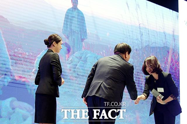 미스터션샤인 드라마부문 대상 및 VOD상 수상하는 윤하림 화앤담픽쳐스 대표이사