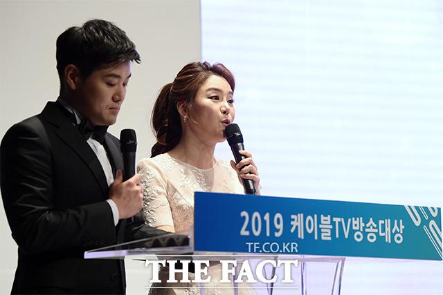 2019 케이블TV 방송대상 시상식 진행을 맡은 문소리 아나운서(오른쪽)