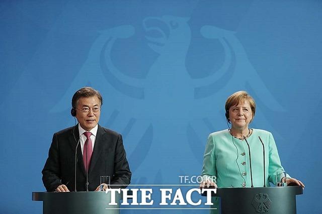 필렌 당크(Vielen Dank)! 문재인 대통령이 2017년 7월 5일 오후(현지시간) 독일 베를린 연방총리실 청사에서 앙겔라 메르켈 독일 총리와 함께 언론발표를 하는 모습. 당시 문 대통령은 독일어로 인사말과 감사의 뜻을 밝혔다. /청와대 제공