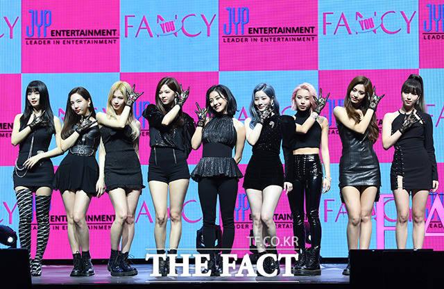걸그룹 트와이스가 22일 오후 서울 광진구 예스24 라이브홀에서 열린 미니 7집 FANCY YOU 쇼케이스에 참석해 포즈를 취하고 있다. /남용희 기자