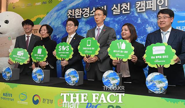 남광희 한국산업환경 기술원장과 이은희 한국기후환경변화네트워크 상임대표, 조명래 환경부 장관, 이갑수 이마트 대표이사, 발라카 니야지 한국 P&G 대표이사, 에릭 카와바타 테라사이클 아시아태평양 지역 대표(왼쪽부터)