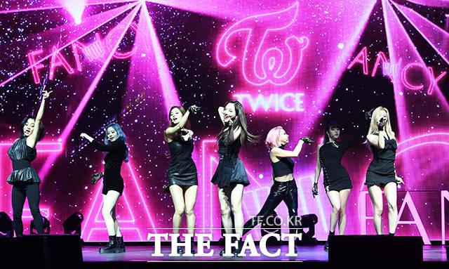 걸그룹 트와이스가 22일 오후 서울 광진구 예스24 라이브홀에서 열린 미니 7집 FANCY YOU 쇼케이스에 참석해 화려한 무대를 펼치고 있다. /남용희 기자
