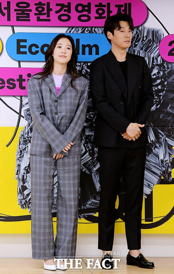 제16회 서울환경영화제 홍보대사 위촉식에 참석한 배우 전혜진(왼쪽), 이천희 부부