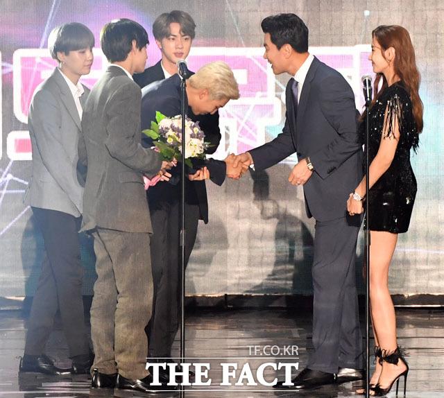 방탄소년단이 TMA에 참석해서 U⁺5G 더팩트 뮤직 어워드 대상을 받았다. 더팩트 김상규 대표와 배우 한채영이 시상자로 나섰다. /인천 남동체육관=남윤호 기자