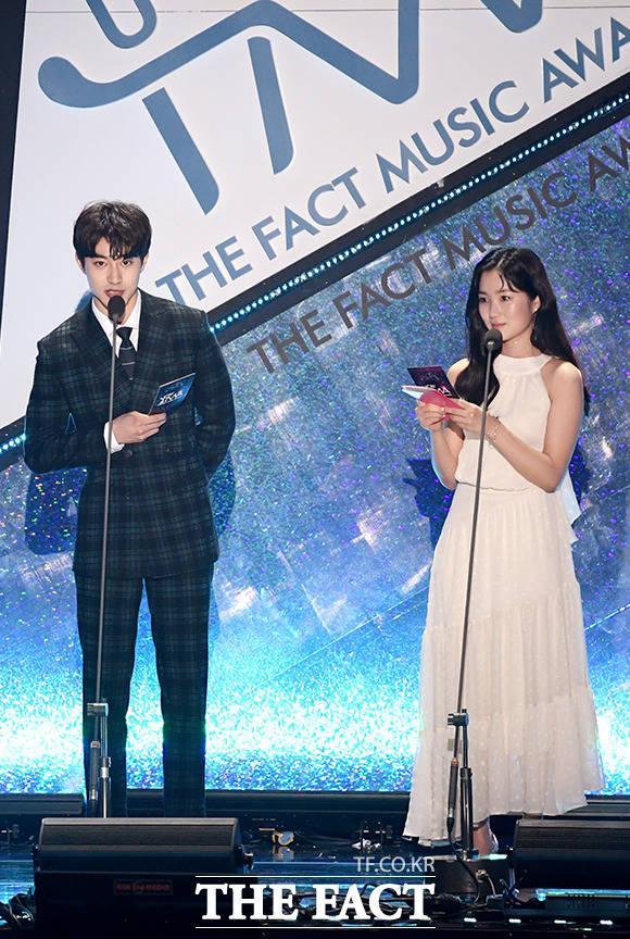 뉴리더상 시상하는 배우 곽동연(왼쪽)과 김혜윤