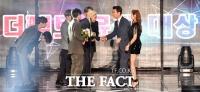 [TMA포토]대상 수상 BTS와 인사 나누는 김상규 더팩트 대표