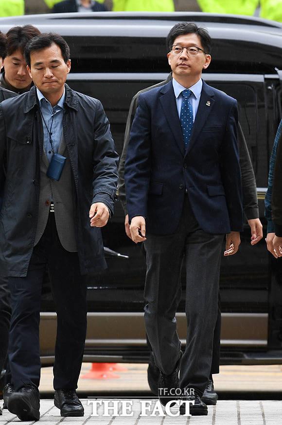 드루킹 일당과 공모해 댓글 조작을 벌인 혐의로 1심에서 법정 구속됐다가 풀려난 김경수 경남도지사가 25일 오후 서울 서초구 서울고등법원에서 석방 후 첫 재판에 출석하기 위해 법정으로 이동하고 있다.