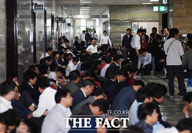 패스트트랙 저지에 나선 자유한국당 의원들이 26일 오후 서울 여의도 국회 7층 의안과 입구를 막고 있다. / 국회=배정한 기자