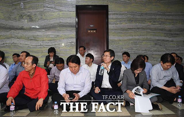 점심도 거르고 의안과 입구를 막고있는 자유한국당