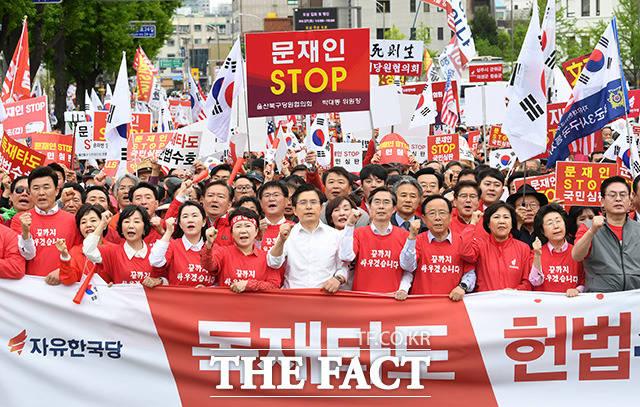 자유한국당 2번째 장외집회 문재인 STOP, 국민이 심판합니다가 27일 오후 서울 종로구 세종문화회관 앞에서 열린 가운데 황교안 대표(가운데)와 당원 및 참가자들이 청와대 방면으로 행진을 하고 있다. /남용희 기자