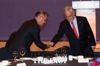 [TF포토] 피녜라 칠레 대통령과 인사 나누는 정의선 현대차 부회장