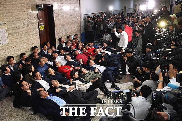 사법개혁특별위원회 회의실 앞에서 드러누운 자유한국당 의원들