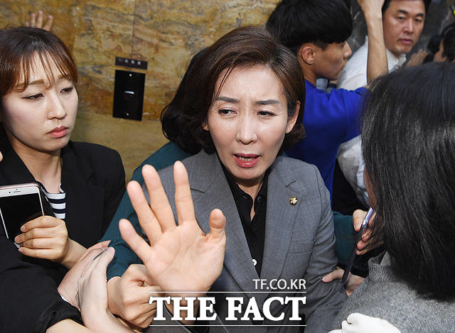 홍영표 더불어민주당 원내대표의 진입을 온몸으로 막아서는 나경원 원내대표