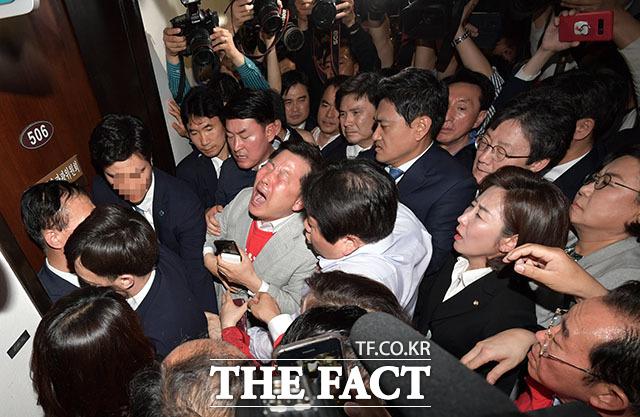 긴급한 회의장 변경에 진입을 시도하는 자유한국당