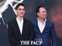 [TF사진관] '대선배 천호진'과 포토타임...긴장한 '엄태구'