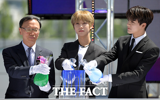 이관수 강남구의회 의장(왼쪽)과 NCT 드림 런쥔(가운데)