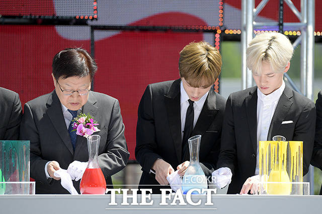 NCT 드림의 천러(오른쪽)