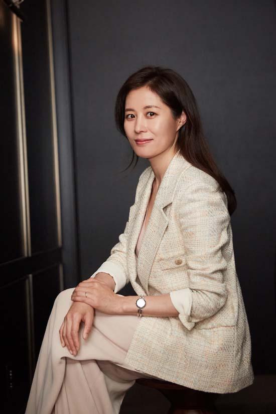 문소리는 영화 배심원들에서 법과 원칙에 따라 판결하는 판사 김준겸 역을 맡았다. /씨제스엔터테인먼트 제공