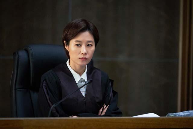 문소리는 판사 역을 위해 판사를 직접 찾아가 자문을 구하고 오랜시간 캐릭터 연구를 했다. /영화 배심원들 스틸