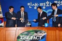 [TF사진관] '뾰로롱~' 문재인 정부 2주년 기념 굿즈 공개