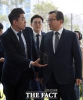[TF포토] 김학의, 검찰 출석... 취재진에 '부릅 뜬 눈'