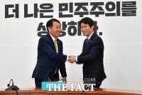 [TF사진관] '오로지 앞으로~' 이인영 원내대표의 '직진' 인사법