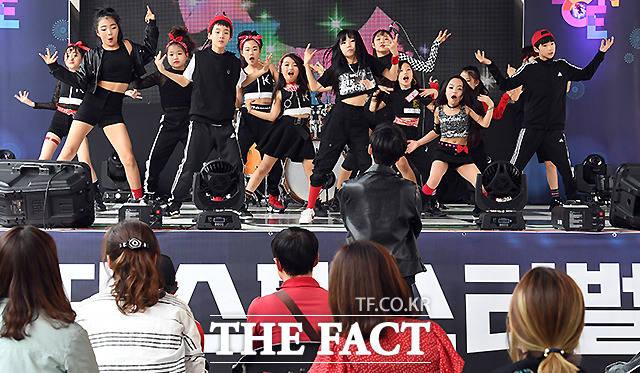 서울시가 가정의 달 5월을 맞이해 10일 오후 서울 도봉구 플랫폼창동61에서 케이팝(K-POP) 댄스 페스티벌을 개최한 가운데, 무대에 참가한 어린이와 청소년 댄스팀이 멋진 무대를 펼치고 있다. /이새롬 기자