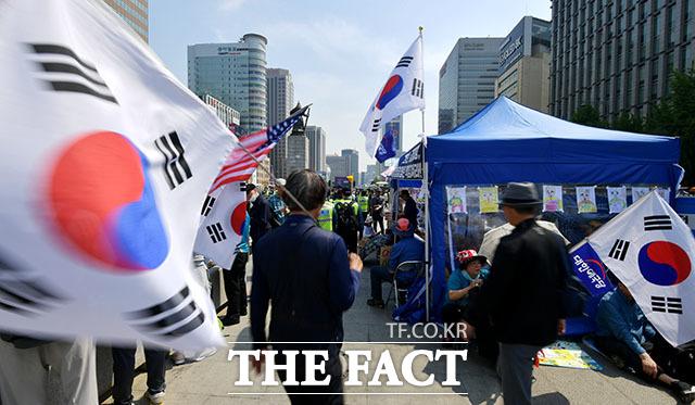 대한애국당 관계자들이 11일 서울 종로구 세종대로 광화문광장에서 천막농성장을 설치하고 농성하고 있다. /이덕인 기자