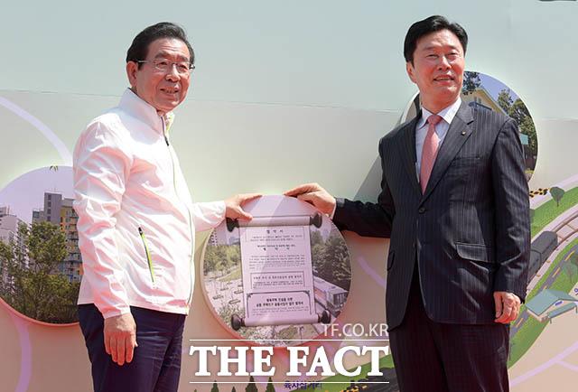 기념사진을 찍는 김상균 한국철도시설공단 사장(오른쪽)과 박원순 시장