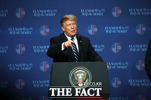 백악관 기자들은 도널드 트럼프 대통령에게 집요하게 미국 내 현안을 물고 늘어진다. 대통령에게 질문하는 기자가 다리를 꼬거나 한손을 주머니에 넣고 질문하는 태도도 보이기도 한다. 도널드 트럼프 미국 대통령이 2월 28일 오후 베트남 하노이 JW메리어트 호텔에서 김정은 북한 국무위원장과 진행한 제2차 북미정상회담 결과에 관해 브리핑하는 모습. /임세준 기자