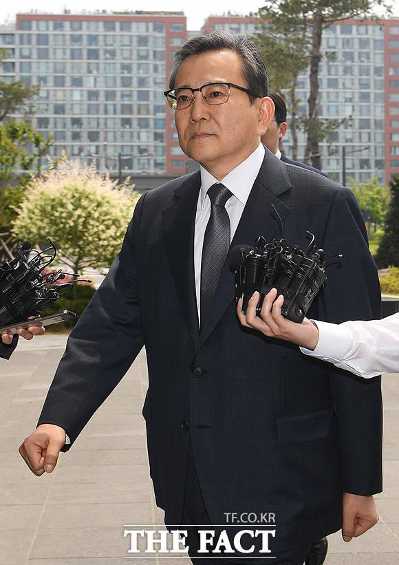 뇌물수수·성범죄 혐의를 받는 김학의 전 법무부 차관이 12일 오후 서울 송파구 서울동부지방검찰청으로 출석하고 있다. / 배정한 기자