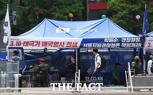 대한애국당 관계자들이 12일 서울 종로구 세종대로 광화문광장에 설치된 천막농성장에서 농성을 이어가고 있다. / 배정한 기자
