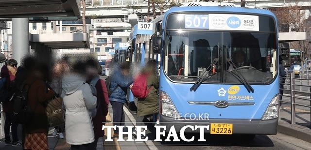 전국 11개 지역 버스 노조들이 15일 총파업 예고. 정부는 12일 버스파업에 대비한 부처 합동 연석회의를 열고 재정마련 위해 요금 인상 필요하다고 강조했다. /더팩트DB